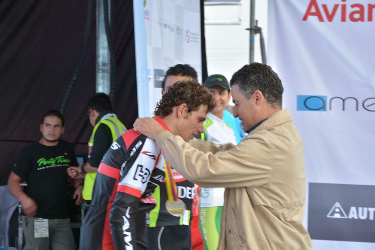 Anibal Gaviria condecora ciclista