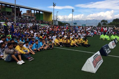 120 equipos de Medellín recibieron los uniformes del Babyfútbol